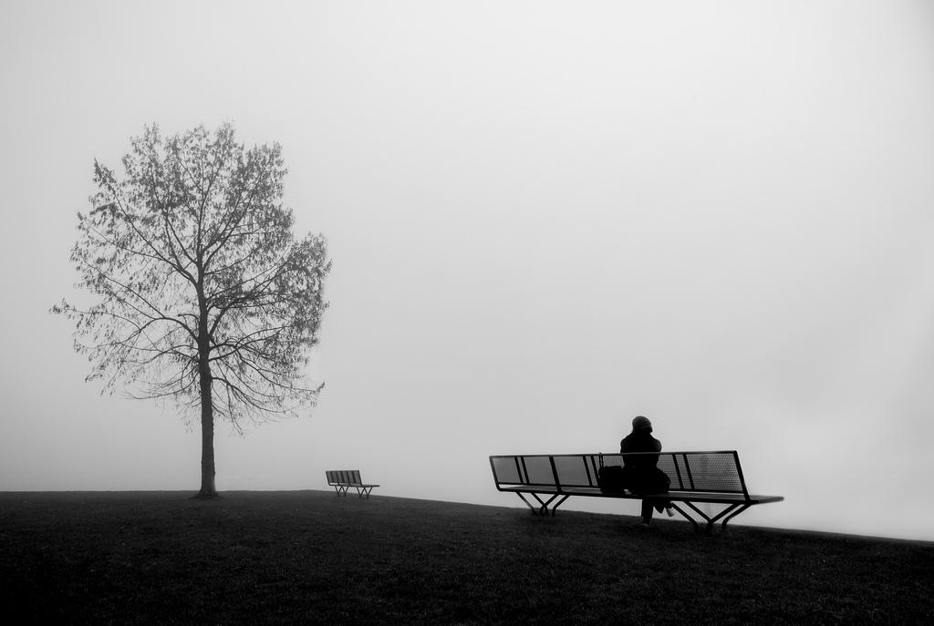 לבד על ספסל