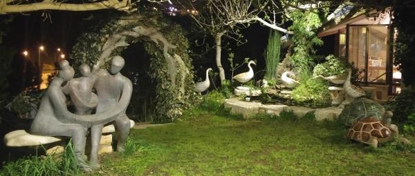 """פסלים של אווזים ומשפחה מחובקת של הפסל מיכאל כ""""ץ"""